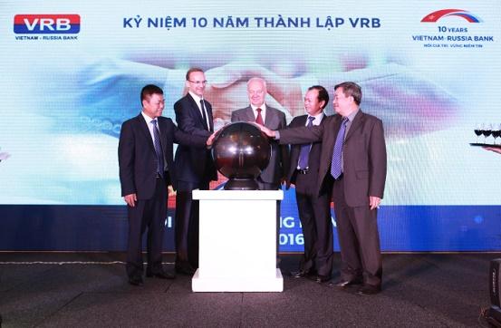 Ngài Konstantin V. Vnukov – Đại sứ đặc mệnh toàn quyền Liên bang Nga tại VN, Ông Lê Kim Hòa - Phó Tổng Giám đốc BIDV cùng đại diện VRB thực hiện nghi thức chúc mừng sinh nhật