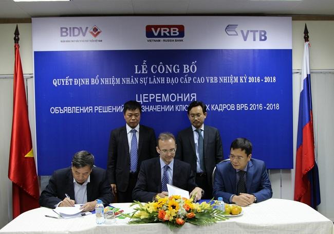 (Đại diện HĐTV hai nhiệm kỳ 2012 – 2015 và 2016 – 2018 ký biên bản bàn giao nhiệm vụ)