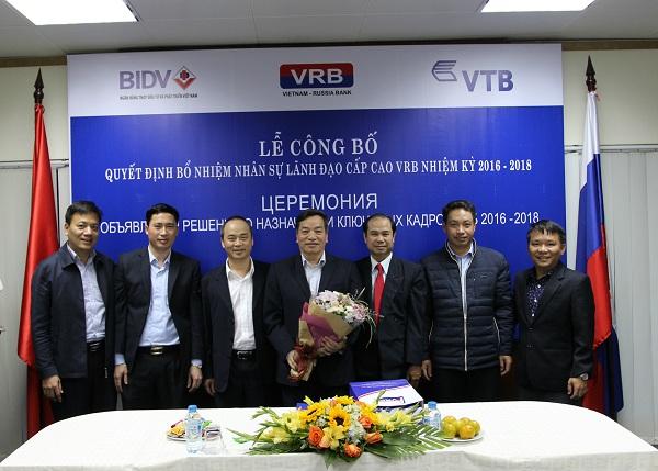(Lãnh đạo các Chi nhánh VRB tặng hoa và quà tri ân ông Nguyễn Văn Huy – nguyên Phó Chủ tịch HĐTV VRB   nhiệm kỳ 2012 – 2015)